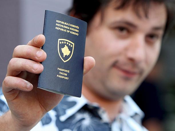 Житель Косова демонстрирует новый паспорт, полученный после провозглашения независимости республики в 2008 году