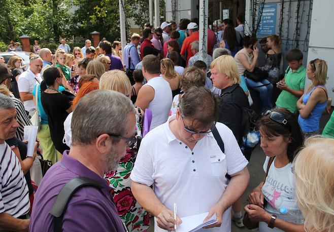 """На момент объявления о приостановке деятельности """"Лабиринта"""" за рубежом находились около 25 тыс. клиентов компании. На фото: очередь у входа в офис турфирмы """"Лабиринт"""" в Москве"""