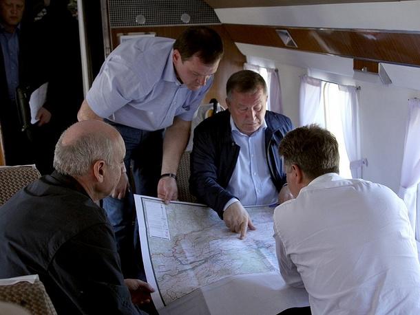 Врио губернатора Алтайского края Александр Карлин (в центре) с министром транспорта РФ Максимом Соколовым (справа) во время рабочей поездки
