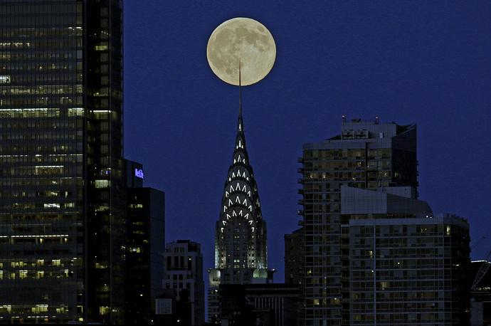 Chrysler Building в Нью-Йорке на фоне суперлуния