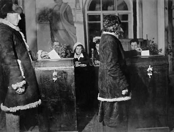 В 1937 году состоялись первые выборы в Верховный Совет - высший представительный и законодательный орган государственной власти Советского Союза. Были избраны более 1 тыс. депутатов, среди них - генеральный секретарь ВКП(б) Иосиф Сталин, который баллотировался от Москвы. Выборы в Верховный Совет СССР, Торжок, 1937 год