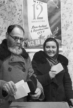 Верховный Совет СССР состоял из двух палат: Совета Союза и Совета национальностей. В отличие от большинства современных парламентов палаты заседали в ходе коротких сессий (не более месяца), на которых утверждались постановления и, в частности, бюджет и решения об учреждении орденов и медалей. На избирательном участке в день выборов в Верховный Совет СССР, 1950 год