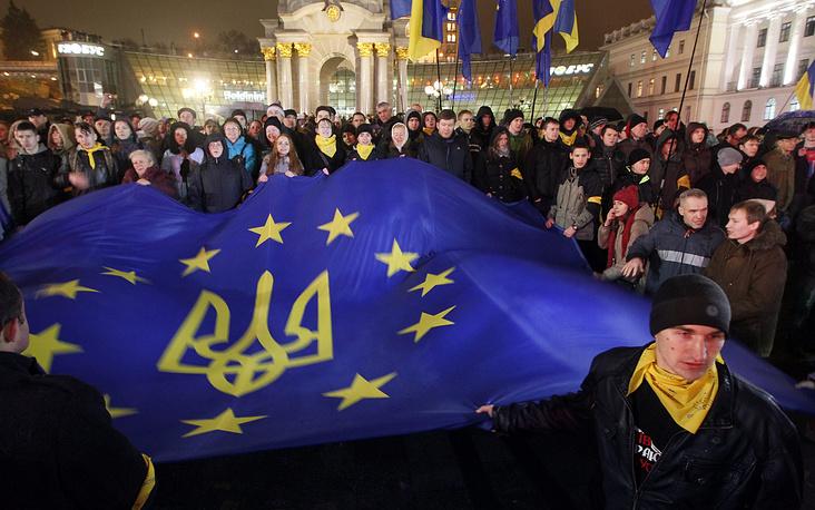 """21 ноября 2013 года правительство Украины приостановило процесс подготовки к заключению соглашения об ассоциации с Евросоюзом. В тот же вечер на площади Независимости в Киеве прошла многочисленная акция протеста оппозиции, выступавшей за евроинтеграцию. С этого дня в центре Киева начались манифестации, получившие название """"евромайдан"""". Митингующие разбили палатки на площади Независимости и соседних улицах"""