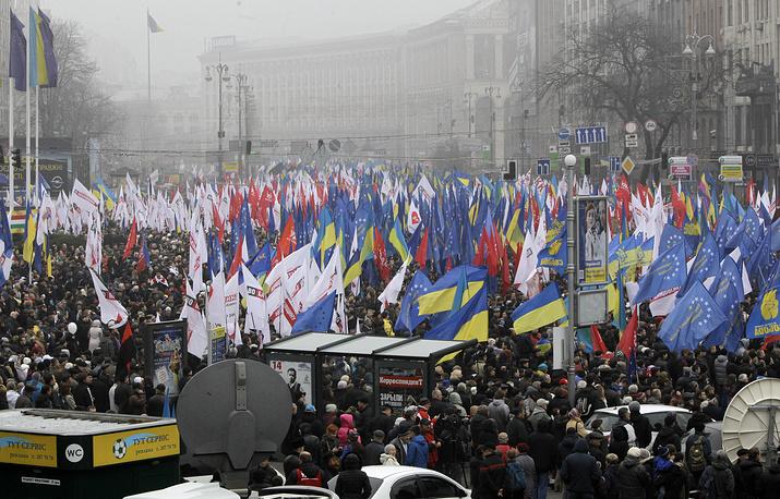"""24 ноября 2013 года на Европейской площади состоялось так называемое народное вече """"За европейскую Украину"""". По разным данным, на митинг пришли от 50 тыс. до 100 тыс. человек. Оппозиция объявила бессрочную акцию протеста, требуя от руководства страны подписать соглашение об ассоциации с ЕС. Участники митинга также приняли резолюцию с требованиями отставки правительства Николая Азарова """"за предательство национальных интересов"""" и созыва внеочередной сессии парламента для принятия """"евроинтеграционных законов"""""""