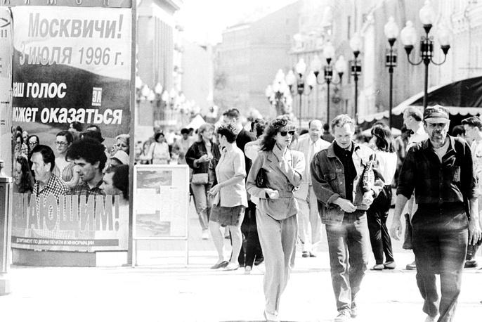 Во втором туре президентских выборов 3 июля 1996 года победу с результатом 53,82% голосов избирателей одержал действующий президент Борис Ельцин. Второе место занял лидер КПРФ Геннадий Зюганов (40,31%). На фото: выборы президента РФ, второй тур, Москва, 1996 год