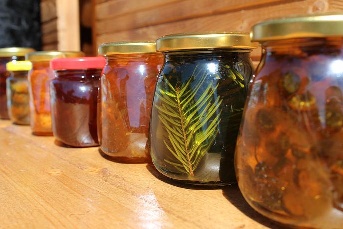 Местные виды варенья: барбарис и даже еловые шишки.
