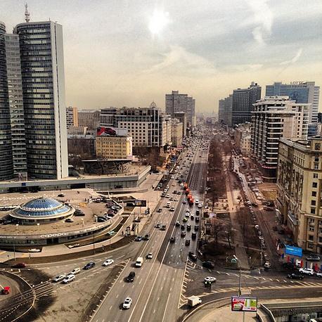 """Дмитрий Медведев часто выкладывает фото улиц Москвы. """"Ах, Новый Арбат..."""" - прокомментировал премьер вид из здания правительства Москвы, 12 апреля 2013 года, 17 тыс. """"лайков"""""""