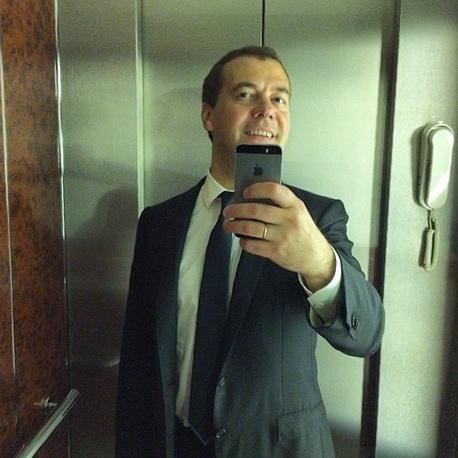 """11 июня 2014 года Медведев опубликовал в Instagram первое селфи. """"По заявкам подписчиков, которых теперь 400 тыс. Спасибо!"""" - прокомментировал собственную фотографию премьер-министр, 150 тыс. """"лайков"""""""