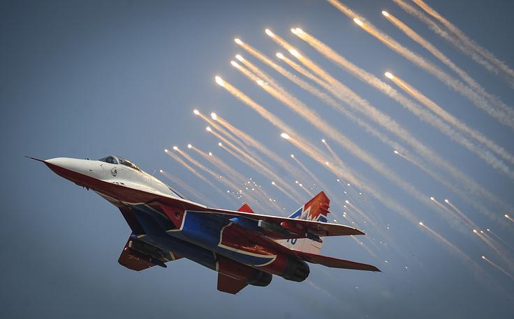 """Военно-воздушные силы России отметили 102-ю годовщину. На фото: самолет МиГ-29 пилотажной группы """"Стрижи"""" во время авиационного шоу в Липецке, 12 августа"""