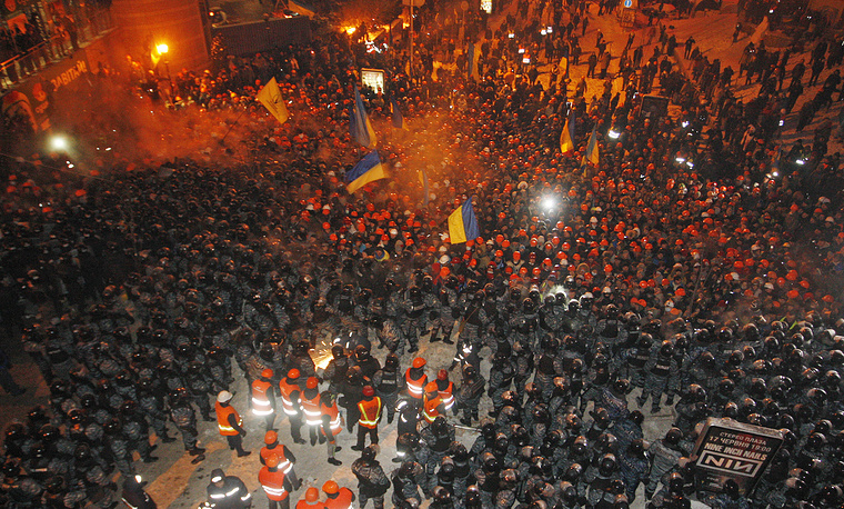 11 декабря 2013 года ситуация на площади Независимости резко обострилась. Представители власти зачитали собравшимся там митингующим постановление судебных органов о необходимости покинуть захваченные административные здания и освободить прилегающие к площади улицы от баррикад. Подразделения милиции численностью несколько сотен человек сначала блокировали площадь, а потом оттеснили демонстрантов к ее центру. К семи часам утра баррикады были разобраны. Сотрудники милиции предприняли также попытку освободить здание киевской мэрии, превращенное митингующими в свой штаб, но она не увенчалась успехом