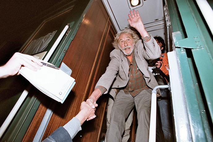 """С 1970-х актер выступает как кинорежиссер. Он снял семь фильмов, среди них """"Несчастья Альфреда"""", документальная лента """"Расскажите мне о Че"""" об Эрнесто Че Геваре и другие. На фото: Пьер Ришар на съемочной площадке телефильма """"Парижане"""", 2005 год"""