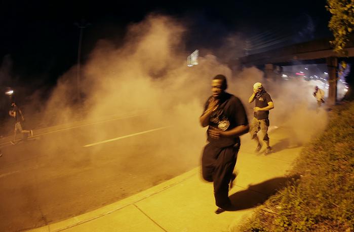 Представители полиции сообщили, что новая акция протеста ближе к вечеру стала развиваться по субботнему сценарию, в связи с чем было принято решение использовать дымовые шашки для разгона толпы