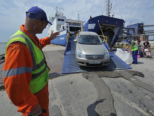 По сообщению Минтранса, на территории Краснодарского края погрузки на паром ожидает всего 400 машин, а в порту Крым - 950 автомобилей. Таким образом, очередь уменьшилась почти на половину, а время ожидания - до 15 часов. На фото: порт Кавказ
