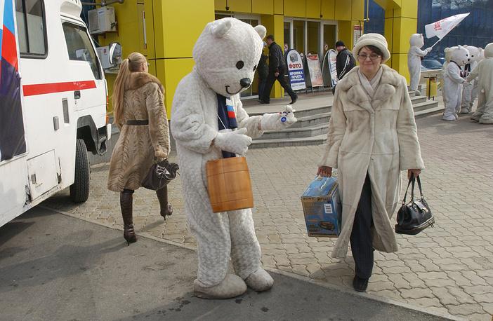 Предвыборная агитация к выборам президента РФ с помощью ростовых кукол, февраль 2008 года