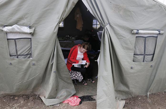В лагерях переселенцам предоставляется медицинская помощь, проводятся осмотры