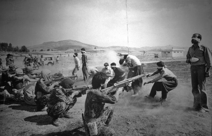 Фотография расстрела девятерых курдских повстанцев на ирано-иракской границе в 1979 году получила несколько премий, однако ее автор скрыл свое имя, опасаясь репрессий