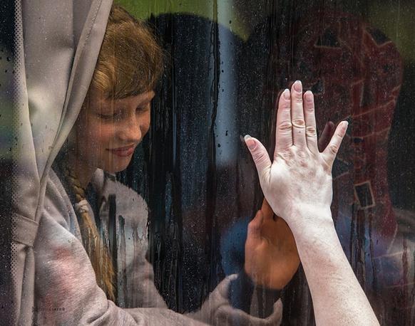 Девочка в автобусе прощается с мамой. Жители украинского  Славянска, который подвергается обстрелам, отправляют детей из города в лагеря отдыха в Донецкой области, под Одессу, в Крым и на Азовское море, 2014 год