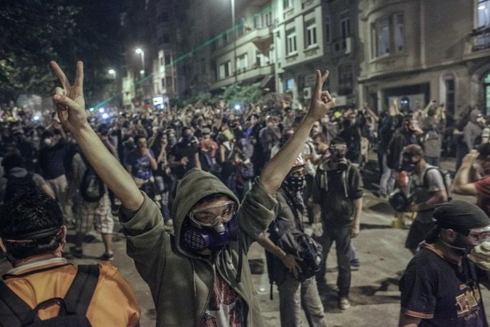 Журналист, пропавший во время командировки в Донецкую область, специализируется на съемках военных конфликтов и массовых беспорядков. На фото: протестующие строят баррикады во время столкновения с сотрудниками полиции в районе Бешикташ возле площади Таксим в Стамбуле, 2013 год