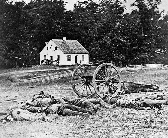 Кадры американского фотографа Мэтью Брэди, сделанные во время гражданской войны в США, - одни из первых в истории фотографических свидетельств военного конфликта. Многое из того, что известно о противостоянии американского Севера и Юга, историки почерпнули из его фотографий. На фото: битва при Энтитеме, 1862 год