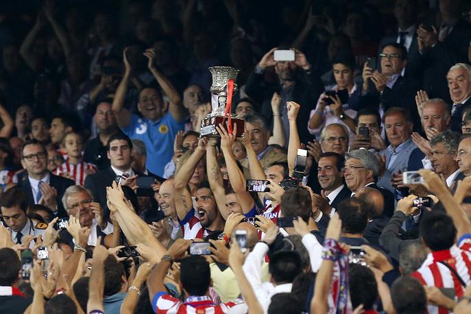 """Футболисты """"Атлетико"""" с Суперкубком Испании"""