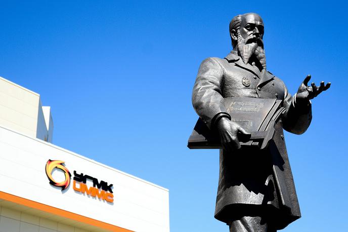 Памятник Владимиру Ефимовичу Грум-Гржимайло на площади перед Техуниверситетом УГМК