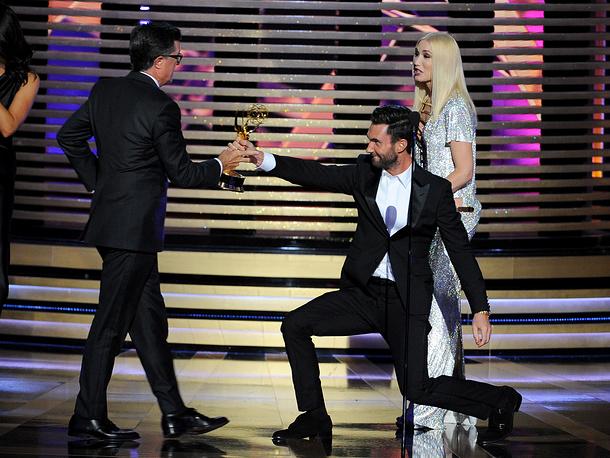 """Лучшей комедийной программой был назван """"Отчет Кольбера"""" на канале Comedy Central. На фото: ведущий Стивен Кольбер принимает награду у Адама Левина и Гвен Стефани"""