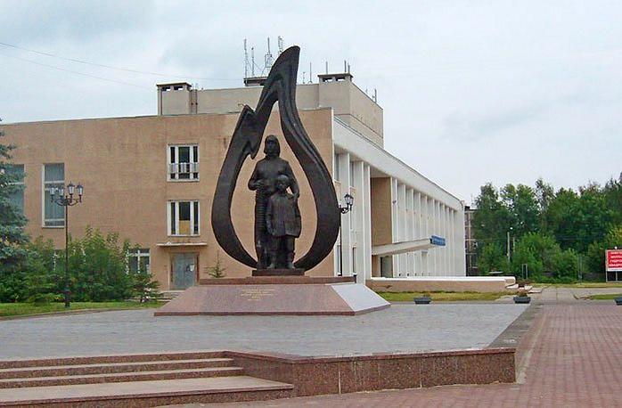 """В Костроме есть скульптурная композиция """"Труженикам тыла"""", в центре которой - женщина с сыном"""