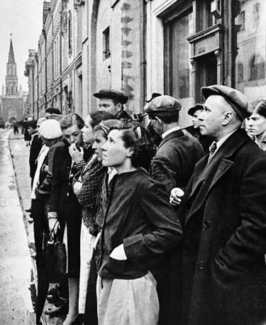 Москвичи слушают сообщение о нападении гитлеровской Германии, 1941 год