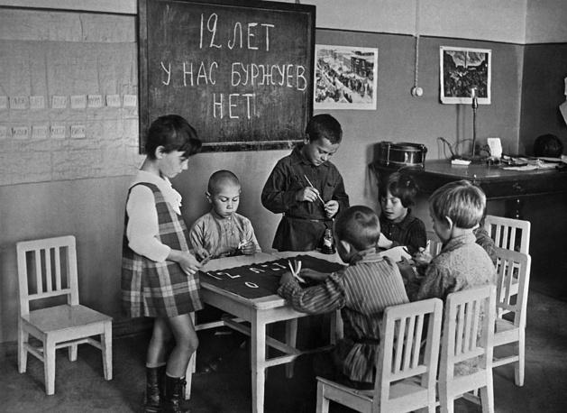 Дети в детском саду рисуют плакат к празднованию 12-й годовщины Великого Октября, 1929 год