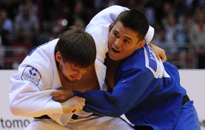 Спортсмен из России Муса Могушков и казахстанец Ертуган Торенов (слева направо) во время поединка за бронзу