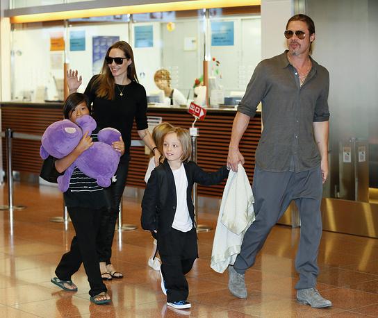 Анджелина Джоли и Брэд Питт с детьми в аэропорту Токио, 2013 год
