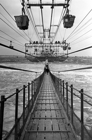 Сталинград. Строительство Волжской ГЭС им. В. И. Ленина. Подвесная канатная дорога и пешеходный мост через Волгу, 1957 год