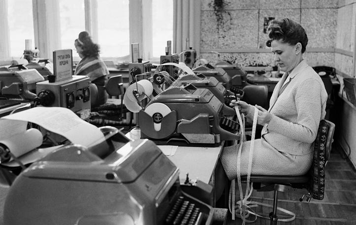 В телетайпном зале редакции союзной информации ТАСС, 1970 год