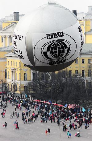 Реклама агентства ИТАР-ТАСС на Манежной площади, 1992 год