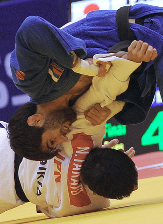 Серебряный призер ЧМ Беслан Мудранов (в синей форме) и японец Наохиса Такато (60 кг)