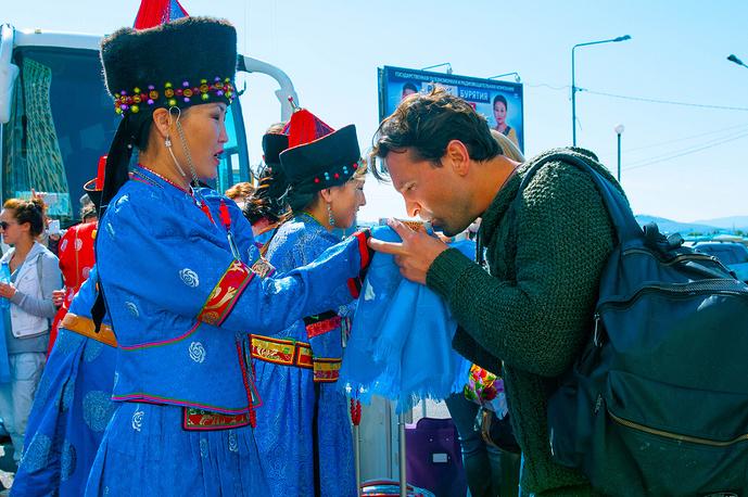 Актёр театра им. Вахтангова Виктор Добронравов во время встречи в аэропорту Улан-Удэ