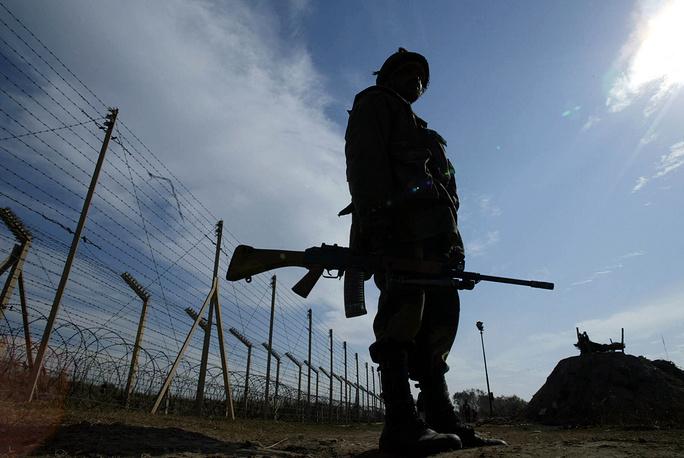 В 2004 году Индия закончила строительство ограждения длиной 550 км вдоль 740-километровой границы с Пакистаном. Сооружение состоит из двух параллельных конструкций из колючей поволоки высотой до 3,7 м