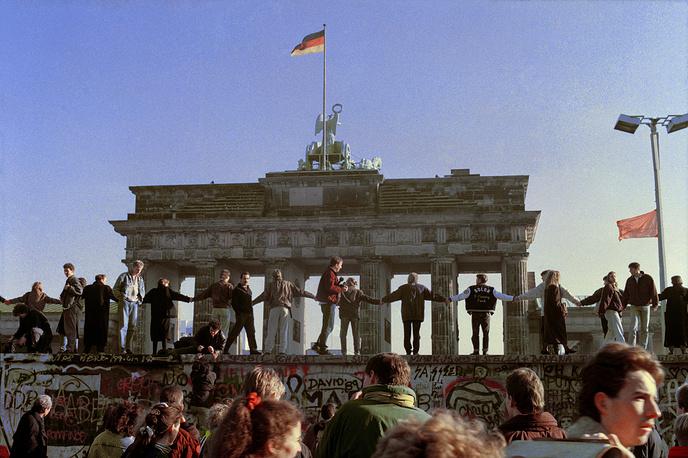 Берлинская стена, разделившая Западную и Восточную Германию, была возведена в 1961 году по инициативе руководителя ГДР Вальтера Ульбрихта на фоне массового оттока рабочей силы и молодых специалистов в ФРГ. К 1989 году сооружение представляло собой скорее пограничную зону, состоящую, помимо непосредственно стены, из земляных рвов, противотанковых укреплений и сторожевых вышек. После объединения Германии в октябре 1990 года Берлинская стена была снесена.