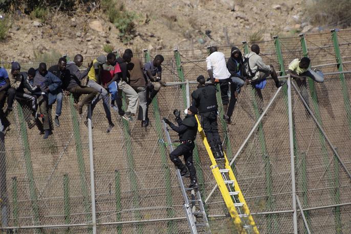 Испанско-марокканская граница в Мелилье представляет собой шестиметровый забор с колючей проволокой. Пограничники регулярно задерживают нелегальных иммигрантов, штурмующих ограждение