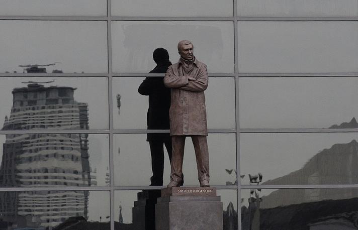 """В 2012 году у стен стадиона """"Олд Траффорд"""" состоялось открытие памятника легендарному наставнику """"Манчестер Юнайтед"""", самому титулованному тренеру в британском футболе сэру Алексу Фергюссону. Статуя знаменует собой 26 лет успешной карьеры сэра Алекса в клубе. Она размещена рядом со входом на Sir Alex Ferguson End - трибуну, которая была названа в честь тренера в 2011 году"""
