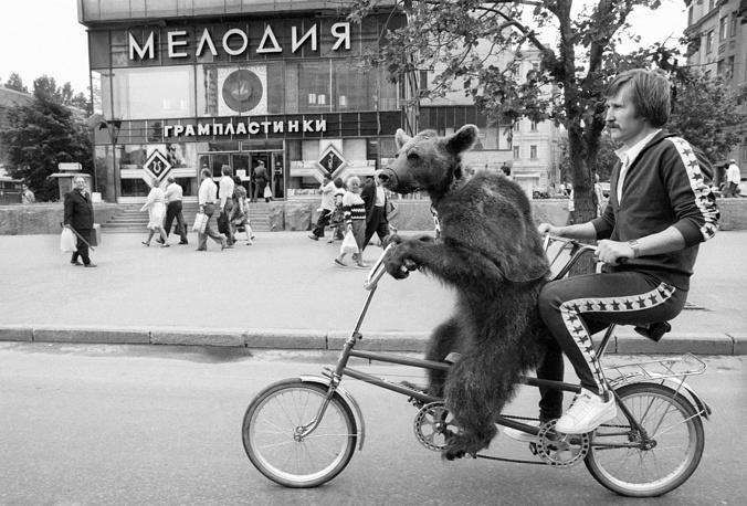 """Артист цирковой программы """"Медвежье ревю"""" Н. Зобов из Каунаса с медведицей Юлей во время воскресной прогулки по Калининскому проспекту, 1987 год"""