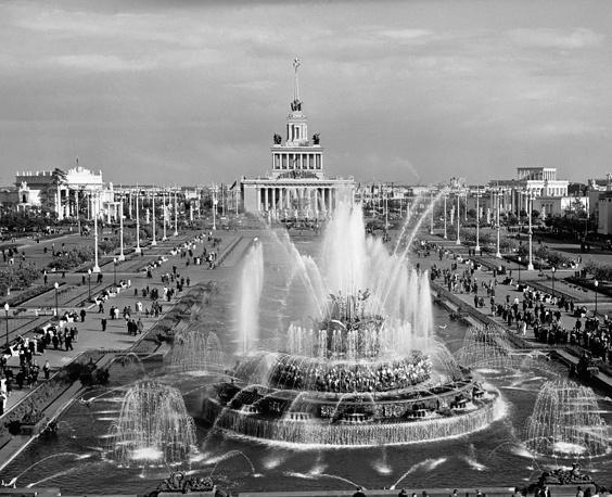 """Фонтан """"Каменный цветок"""" на Всесоюзной сельскохозяйственной выставке в Москве, 1956 год"""