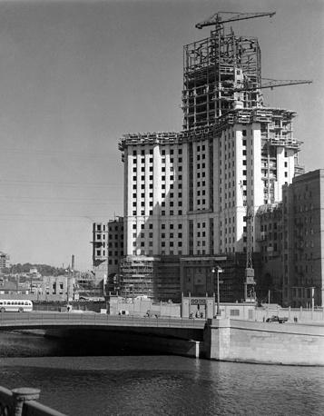 Строительство высотного жилого дома на Котельнической набережной, 1950 год