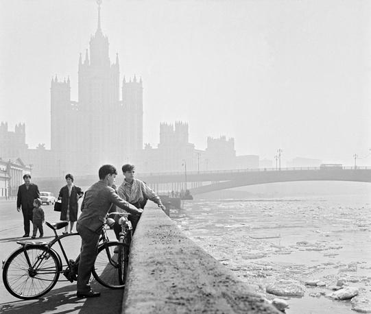 Весенний день на Котельнической набережной Москвы-реки, 1963 год