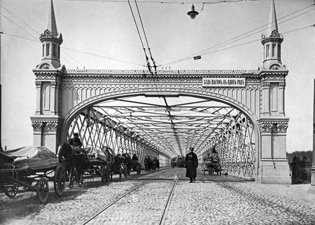 Крымский железный мост (построен инженером Шпейером в 1873 году) - предшественник нынешнего подвесного моста, 1913 год