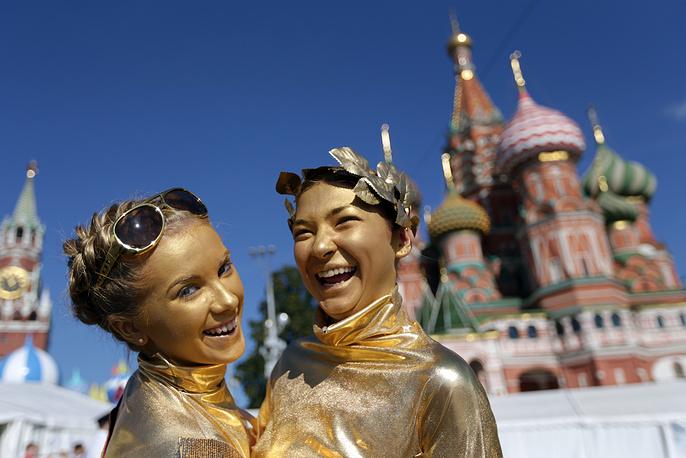 На Красной площади участницы спектакля