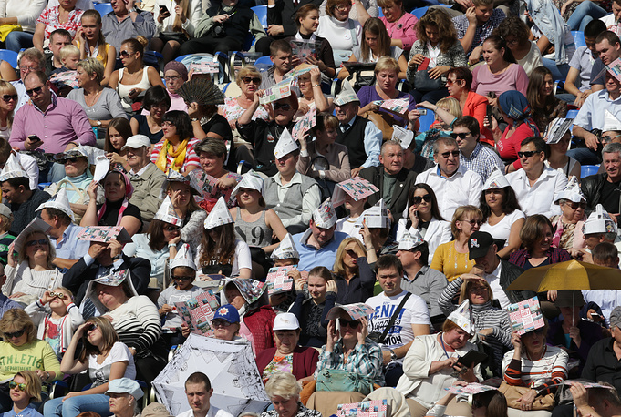 Зрители на Красной площади во время праздничного спектакля