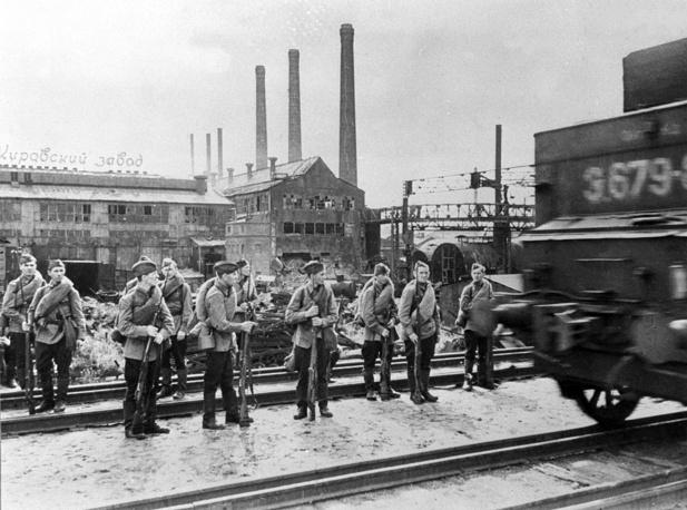 Рабочие Кировского завода направляются на фронт