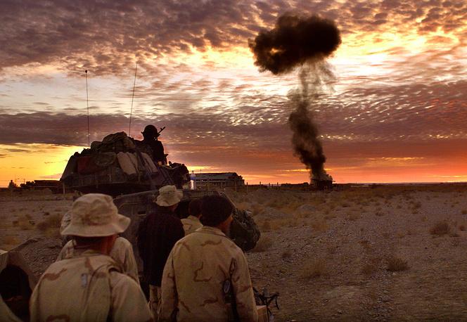 """В октябре 2001 года США начали операцию """"Несокрушимая свобода"""" - общее название всех военных мероприятий Вашингтона, проведенных за рубежом в ответ на террористические акты 11 сентября. Первый удар был нанесен по позициям талибов в Афганистане. На фото: аэропорт Кандагара, декабрь 2001 года"""