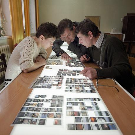Просмотр и отбор фотоматериалов в редакции ТАСС, 1988 год